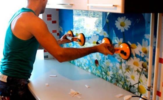 Установка стеклянного фартука на кухне